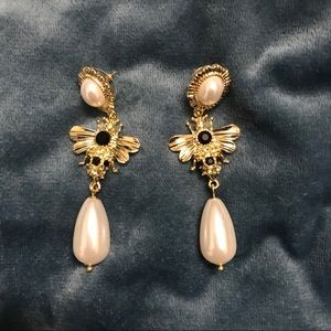 Jewelry - Gold Bees and pearls earrings